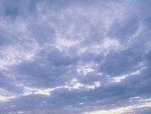 蓝天覆盖背景 阴暗纹理 嘲笑 复制空间 选择聚焦 蠢材 免版税库存照片