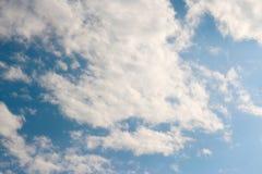 蓝天覆盖阳光背景墙纸 库存照片