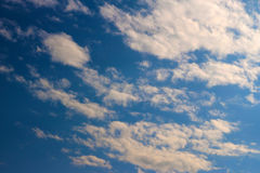 蓝天覆盖阳光背景墙纸 图库摄影