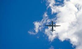 蓝天跨线桥 在一个下滑路径的航空器向机场在圣约翰& x27; s纽芬兰,加拿大 库存图片