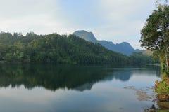 蓝天风景看法反对湖水的 库存图片