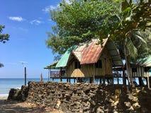蓝天,在海滩的竹小屋,假期生活方式 库存图片