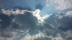 蓝天,松的云彩和哎呀明亮的光 库存照片