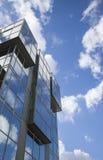 蓝天,蓝色玻璃大厦 库存照片