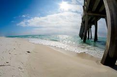 蓝天,鲜绿色水,钓鱼码头风景 库存照片