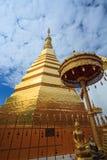 蓝天Wat Pra Tard张Kum寺庙在楠府,泰国 库存照片