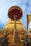 蓝天Wat Pra Tard张Kum寺庙在楠府,泰国 免版税库存图片