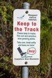 蓝山山脉标志-布什再生地区-请坚持轨道 免版税库存图片