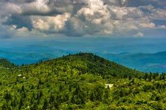 蓝岭山脉的看法从黑凤仙花瘤路, ne的 库存照片