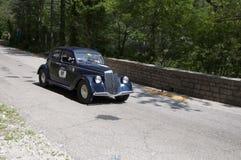 蓝旗亚APRILIA 1350 1939年在集会Mille Miglia 2017的一辆老赛车5月19日的著名意大利历史种族1927-1957 免版税图库摄影