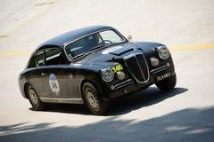 1955年蓝旗亚Aurelia在Mille Miglia的B20 GT 免版税库存照片