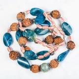 从蓝晶石和蛇纹石的被缠结的项链 免版税库存照片