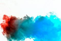 蓝灰色和橘黄色动态吹在顺利地上色波浪的白色背景流程回报一股被隔绝的烟 库存图片
