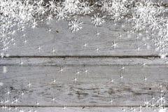 蓝灰色木纹理有雪圣诞节背景 库存图片