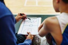 蓝球运动员体育比赛计划战术概念 免版税库存图片