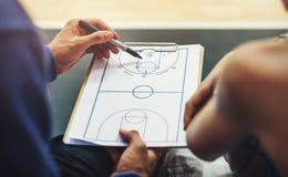 蓝球运动员体育比赛计划战术概念 库存照片