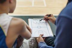 蓝球运动员体育比赛计划战术概念 免版税库存照片