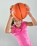 年轻蓝球运动员做投掷 免版税库存照片