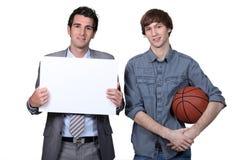 蓝球运动员和教练 免版税图库摄影