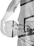 蓝球运动员和箍两次曝光在黑白 图库摄影