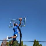 蓝球运动员响声泡 图库摄影