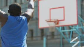 蓝球运动员实践的罚球后面看法户外,活跃生活方式 股票视频