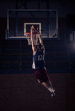 蓝球运动员灌篮,在空气 免版税库存图片