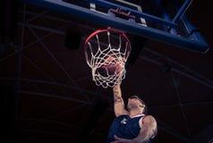 蓝球运动员,低角度视图,灌篮 免版税库存照片