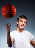 蓝球运动员年轻人 库存图片
