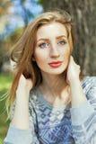 蓝眼睛女孩纵向年轻人 免版税库存图片