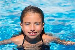 蓝眼睛开玩笑女孩在池在暑假 免版税图库摄影