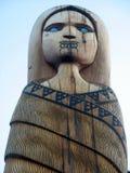 蓝眼睛的妇女毛利人雕刻 库存照片