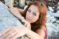 蓝眼睛的纵向妇女年轻人 免版税库存照片