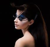 蓝眼睛阴影。染睫毛油。有现代明亮的五颜六色的构成的妇女。面孔艺术 免版税库存照片