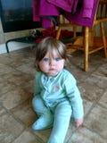 蓝眼睛onesie的女婴 免版税库存照片