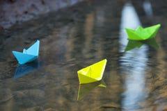 蓝纸小船在水中 免版税库存图片