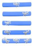 蓝纸被隔绝的卷栓与手工制造绳子和弓 免版税库存图片