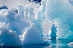 蓝绿色冰山 库存图片