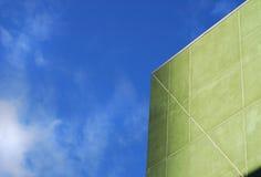 蓝绿色天空墙壁 库存照片