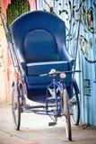 蓝色三轮车自行车 库存照片