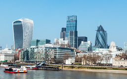 蓝色上色地区财务摩天大楼 从塔桥梁,伦敦,英国的伦敦地平线 图库摄影