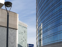 蓝色上色地区财务摩天大楼 免版税库存照片