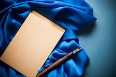 蓝色上色葡萄酒背景 免版税库存照片