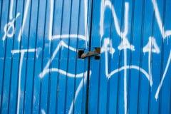 蓝色上锁的门 库存照片