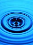 蓝色下落波纹水 库存图片
