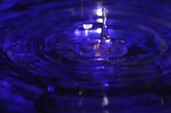 蓝色下落液体飞溅水 库存图片