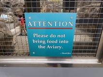 蓝色不请带领食物进入在金属门的鸟舍标志 免版税库存图片