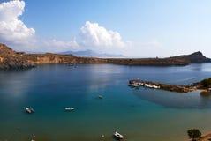 蓝色与云彩的盐水湖和天空蔚蓝的全景有小船透明海的 免版税库存照片