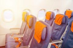 蓝色与窗口的飞机空位 航空器内部 免版税库存照片