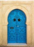 蓝色与装饰品的年迈的门从西迪布赛义德 库存图片